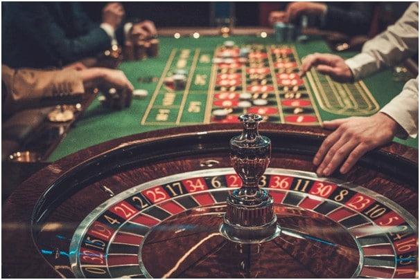 Dealer memegang ujung roda roulette