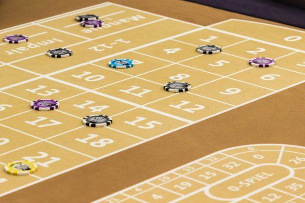 Taruhan tersebar di seluruh meja roulette.