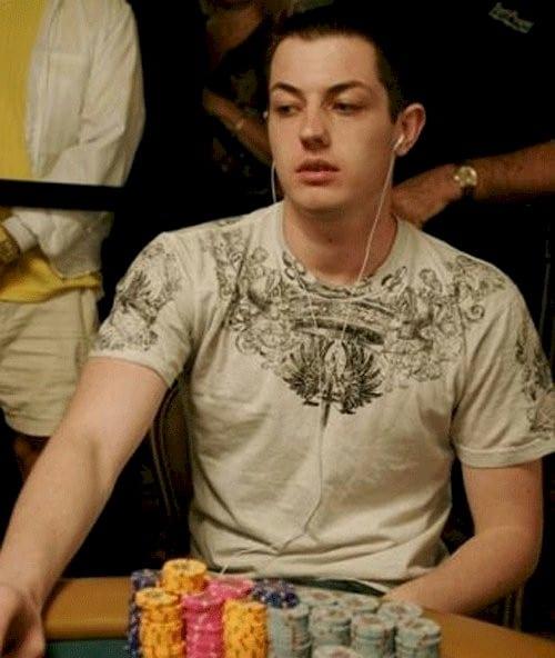 Perbedaan Antara Poker Online dan Bermain di Turnamen Langsung